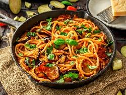 Талиатели или спагети ала Норма със сирене рикота, патладжани, домати и босилек - снимка на рецептата